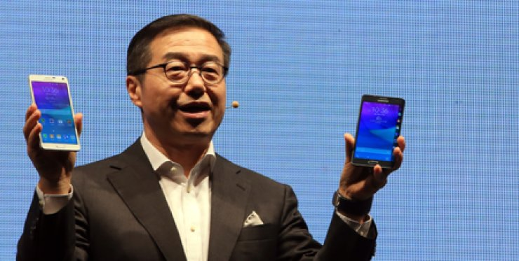 Lee Don-joo, head of strategy marketing at Samsung's mobile division, introduces the Galaxy Note 4 phablet and Galaxy Note Edge during a launch event in Seocho, southern Seoul, Wednesday. The two Notes will be available from Sept. 26 via all three major Korean carriers. / Yonhap