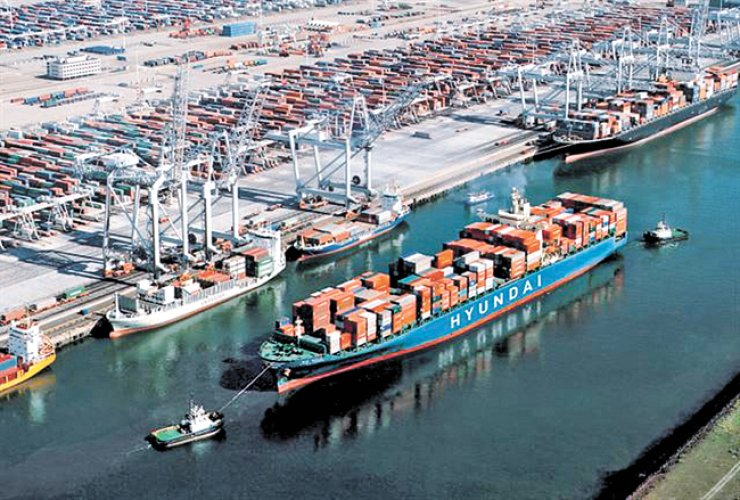 A Hyundai Merchant Marine container carrier enters the port of Rotterdam, Holland. / Korea Times file