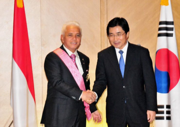 Indonesian Coordinating Minister of Economy Hatta Rajasa, left, shakes hands with Kim Young-sun, Korean Ambassador to Indonesia, after receiving the Order of Diplomatic Service Merit Gwanghwa Medal from the Korean government on Dec. 14, 2012. / Courtesy of Indonesian Embassy