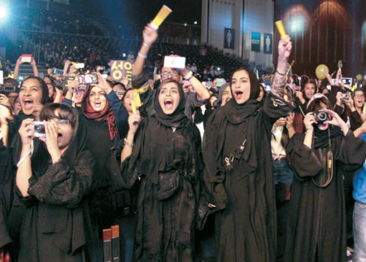 Arabic fans shout during the performance of K-pop boy band INFINITE at the Sheikh Rashid Hall, World Trade Center in Dubai, in the United Arab Emirates on Dec. 6. / Korea Times file