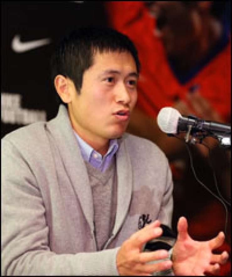 Lee Young-pyo of Vancouver Whitecaps FC speaks during a press conference in Seoul, Thursday.                          / Yonhap