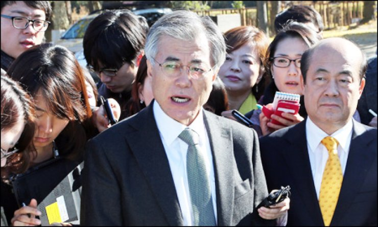 Moon Jae-in, the Democratic Untied Party's presidential candidate, looks around a construction site for an innovative city in Wonju, Gangwon Province, Friday. / Yonhap