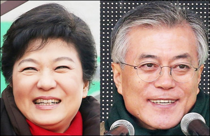 Ruling Saenuri Party candidate Park Geun-hye, left, and Moon Jae-in of the main opposition Democratic United Party smile during their respective rallies in Seogwipo, Jeju Island, and Goyang, Gyeonggi Province, Tuesday.                                                                                                                                  / Yonhap
