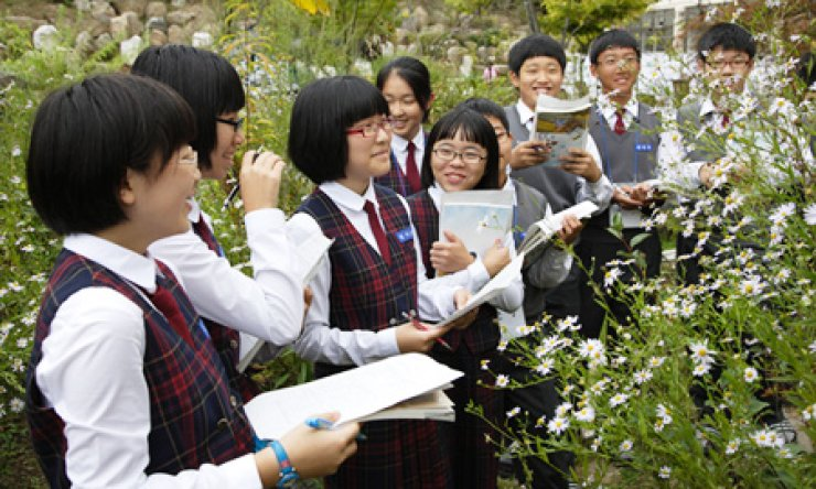 Students participate in a forest conservation program jointly organized by Yuhan-Kimberly, the country's leading personal and household care products company, and environment organizations, to support local schools in the creation of green sites on school campuses in this file photo. / Courtesy of Yuhan-Kimberly