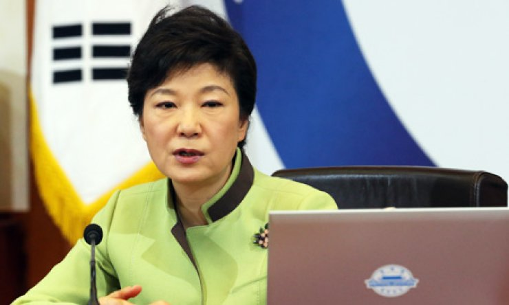 President Park Geun-hye speaks during a Cabinet meeting at Cheong Wa Dae, Tuesday. She expressed her concern over the closure of the joint inter-Korean industrial park in Gaeseong. / Yonhap
