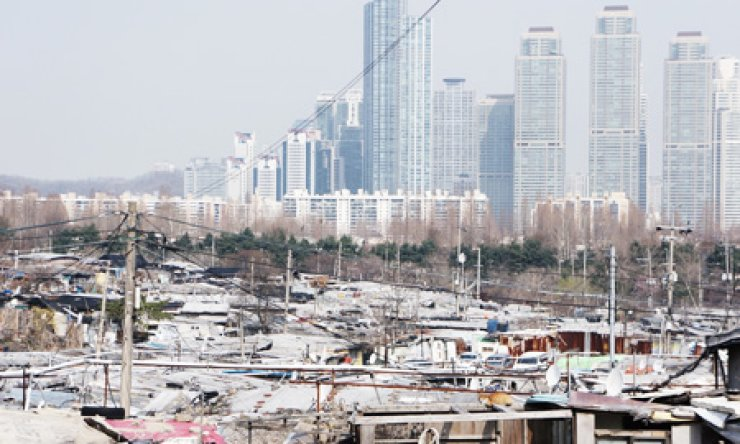 Guryong village is a shantytown that lies in the shadows of high-rise apartment complexes in the Gangnam district, Seoul. Residents and authorities are divided over how to redevelop the village.                                                                        / Korea Times photo by Nam Hyun-woo