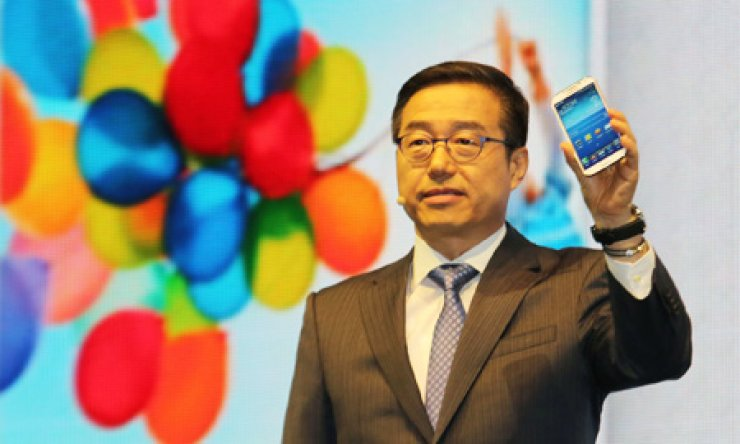 Lee Don-joo, president of Samsung's telecommunications division, unveils the company's latest smartphone - the Galaxy S4 - during a launch event at Samsung's main office in Gangnam, southern Seoul, Thursday. / Yonhap