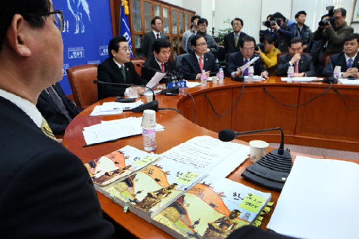 Lawmakers of the opposition Democratic Party debate the content of the disputed high school history book by Kyohak publishing, accused of excessively conservative viewpoints and factual errors, at the National Assembly on Monday. / Yonhap