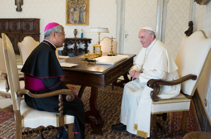 Nazarius Yoo Heung-sik, left, bishop of the Roman Catholic Diocese of Daejeon, talks to Pope Francis during a meeting at the Vatican in April. / Courtesy of Roman Catholic Diocese of Daejeon