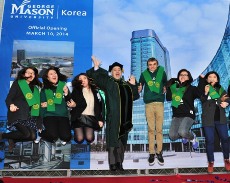 George Mason University President Angel Cabrera, center, joins freshmen in celebrating the opening of the school's Songdo campus in Incheon, Monday.Cabrera visited Korea March 8-12 to attend the ceremony. / Courtesy of Gearge Mason University Korea