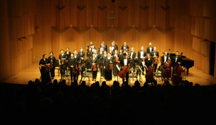 Members of the Jacobs School of Music Chamber Orchestra acknowledge the audience's applause at the end of their concert at the Seoul Arts Center in southern Seoul, Saturday.                            / Courtesy of Indiana University