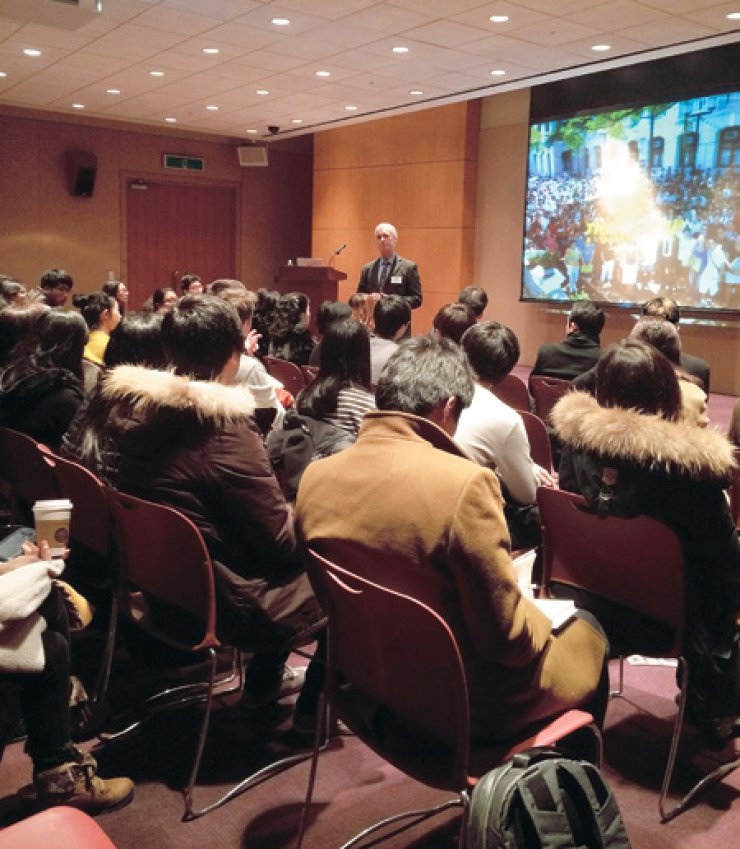 Prof. John Spinks, senior advisor to the vice-chancellor at the University of Hong Kong (HKU), speaks to Korean students during the HKU admissions talks at COEX, southern Seoul, Tuesday./ Courtesy of the University of Hong Kong