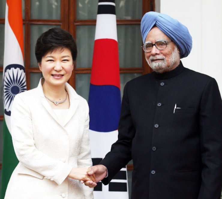 President Park Geun-hye shakes hand with Prime Minister Manmohan Singh before holding a summit at the Indian presidential palace in New Delhi, Thursday. / Yonhap