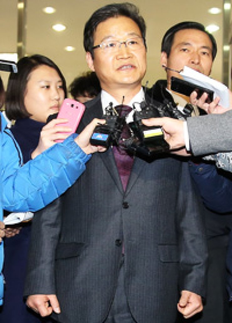 Kim Yong-pan, former chief of the Seoul Metropolitan Police Agency, talks to reporters after he was acquitted on charges of violating the Election Law at Seoul Central District Court in southern Seoul, Thursday./ Yonhap