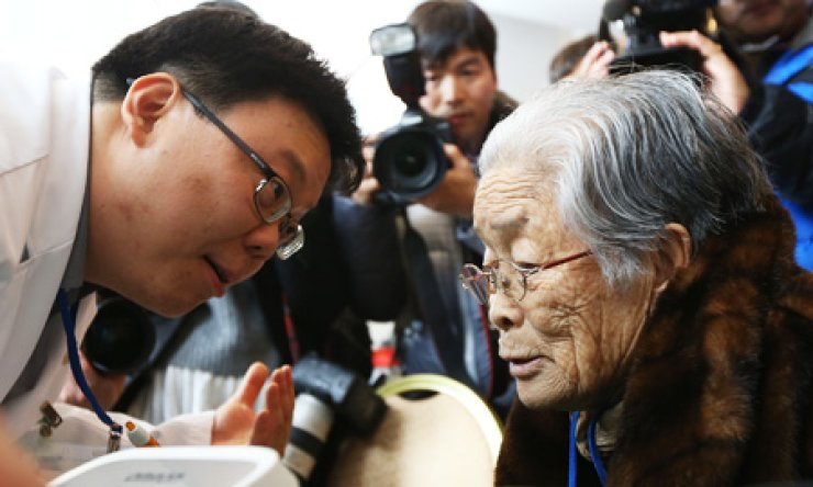 Kim Sung-yoon, 96, the oldest among 82 elderly South Koreans scheduled for inter-Korean family reunions, speaks to a doctor during a medical checkup in Hanwha Resort at the eastern coastal city of Sokcho, Gangwon Province, Wednesday. The senior citizens will travel by bus to Mt. Geumgang in North Korea today for a three-day meeting with their separated siblings and relatives. / Yonhap