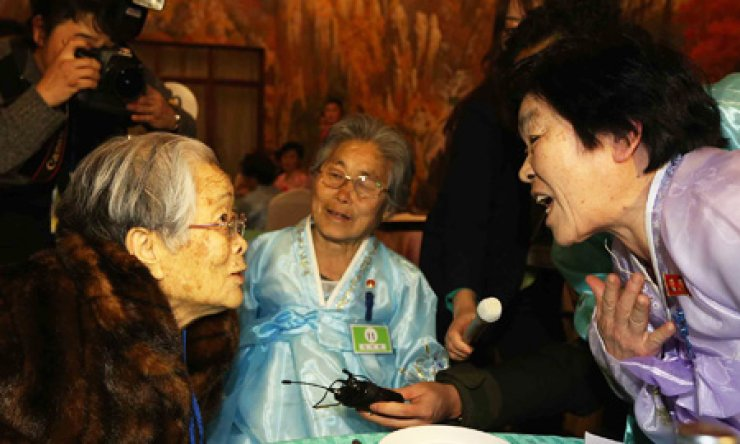 Kim Sung-yoon, 96, the oldest in a group of 82 elderly South Koreans, meets her younger sister during the first part of cross-border family reunions at the Mt. Geumgang Resort in North Korea, Thursday. The elderly South Koreans, accompanied by 58 family members, began long-awaited meetings with 180 North Korean relatives during the three-day event. / Yonhap