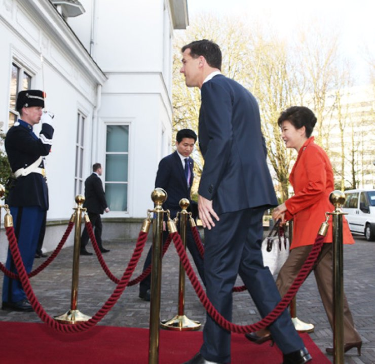 President Park Geun-hye and Dutch Prime Minister Mark Rutte step into a conference hall after shaking hands to hold a summit at The Hague in the Netherlands, Monday. / Yonhap