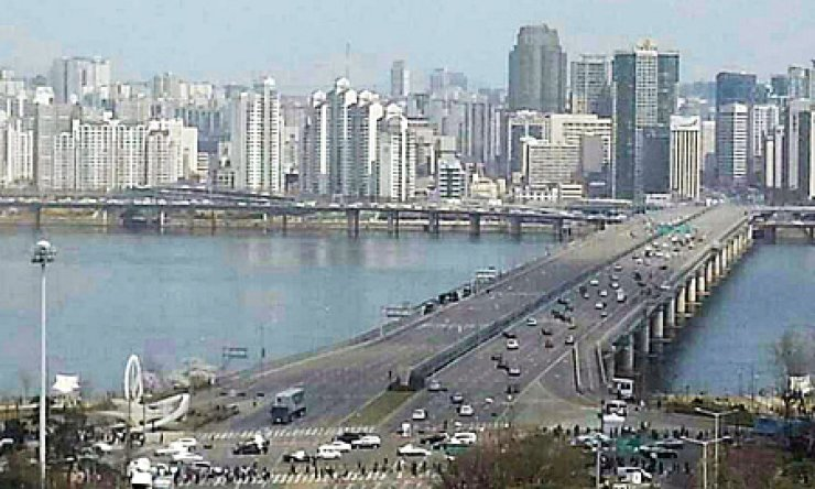Mapo Bridge is blocked on both sides for the filming of scenes for 'The Avengers: Age of Ultron,' Sunday, in this photo provided by a citizen to Yonhap News Agency. Cars on the bridge are props for the film. / Yonhap