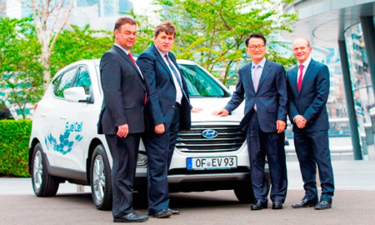 Rhim Byung-kwon, second from right, president of Hyundai Motor Europe, stands next to the automaker's Tucson IX fuel cell electricity crossover with Bert De Colvenaer, left, executive director of the Fuel Cells and Hydrogen Joint Undertaking; Kit Malthouse, second from left, deputy mayor of London for Business and Enterprise; and Tony Whitehorn, CEO of Hyundai Motor U.K. at City Hall in London, Friday, after a coalition of five global automakers including Hyundai was chosen to supply 110 hydrogen-powered vehicles to Europe. / Courtesy of Hyundai Motor