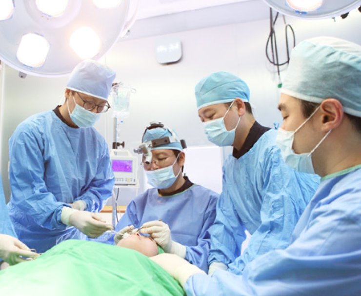 A patient undergoes plastic surgery at a clinic in southern Seoul./ Courtesy of LaPrin