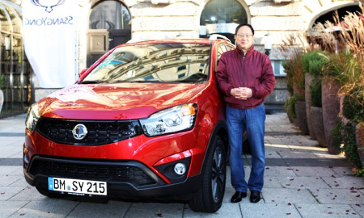 Ssangyong Motor CEO Lee Yoo-il poses next to the new Korando C in Wiesbaden, Germany, last October when the automaker launched the firm's flagship SUV in Europe. / Courtesy of Ssangyong Motor