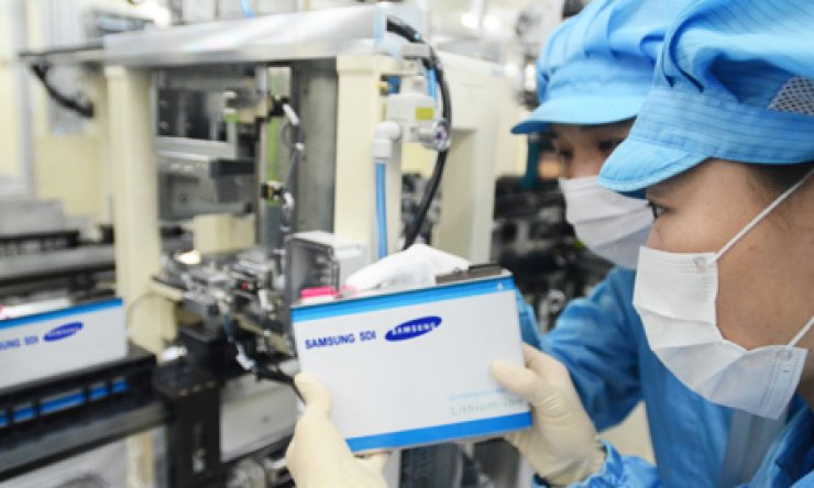 Samsung SDI employees inspect a lithium battery manufactured by the firm's plant in Ulsan in this file photo taken in 2013./ Courtesy of Samsung SDI