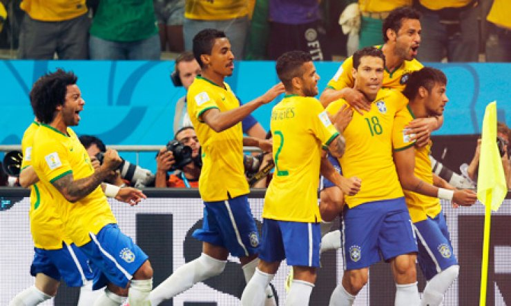 Brazil players celebrate after Neymar, right, scored a penalty kick during the group A World Cup soccer match between Brazil and Croatia, the opening game of the tournament, in the Itaquerao Stadium in Sao Paulo, Brazil, Thursday. After taking the early lead in the opening match of the international soccer tournament, Croatia fell 3-1 to the five-time champion Brazil. / AP-Yonhap