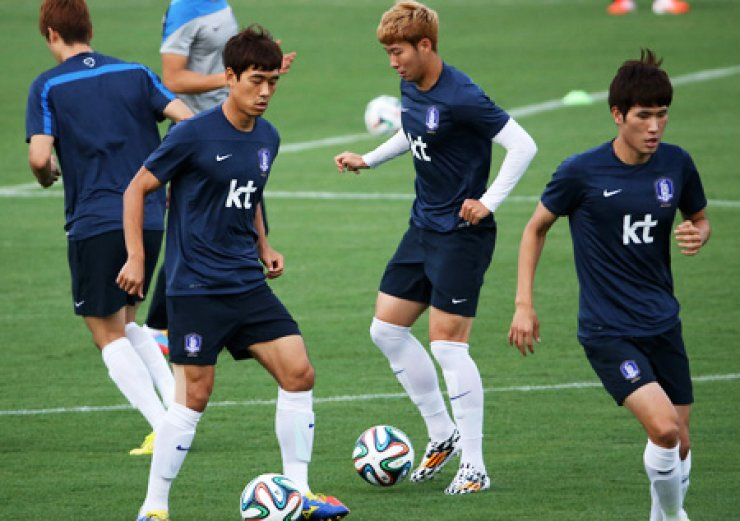 Korean players dribble in a practice session at the Universidade Federal de Mato Grosso in Cuiaba, Brazil. / Yonhap