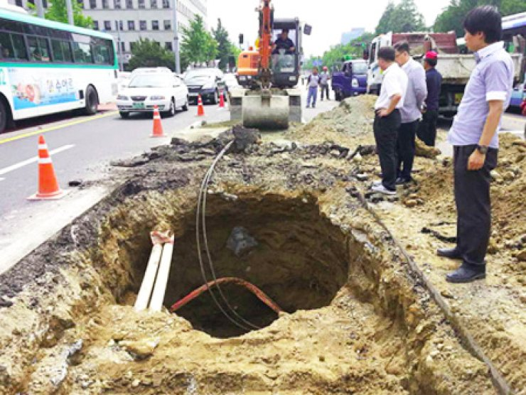 A sinkhole found near the National Assembly on June 19 / Yonhap