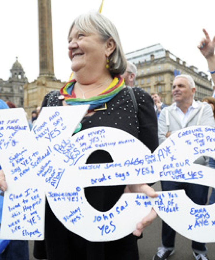 Pro-independence 'Yes' campaigners stage a march at the BBC Headquarters in Glasgow, Scotland, Sunday./ AFP-YonhapSupporters of the 'No' campaign gather for a photocall in Glasgow, Scotland, Monday.