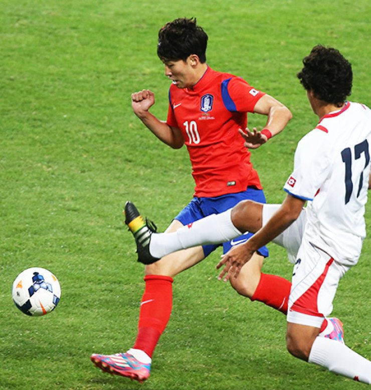 Korea's Son Heung-min, left, dribbles the ball past Costa Rica's Yeltsin Tejeda during a match at the Seoul World Cup Stadium, Tuesday. / Yonhap