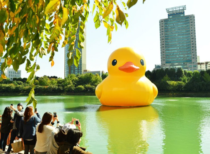 The Rubber Duck, a famous work of Dutch installment artist Florentijn Hofman, is seen floating in Seokchon Lake in southern Seoul, Tuesday. Lotte Group organized the show to celebrate the opening of the nearby Lotte World Tower. The 54-foot-tall duck weighing one ton will be on display until Nov. 14./ Korea Times photo by Shim Hyun-chul