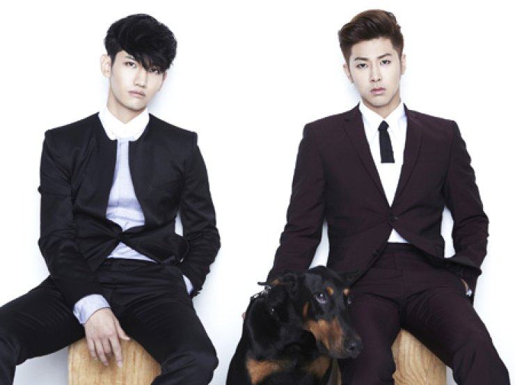 K-pop duo TVXQ! is one of the key players of the hallyu boom that is sweeping Asia. K-pop stars are idolized throughout Asia, sometimes producing side effects./ Korea Times file