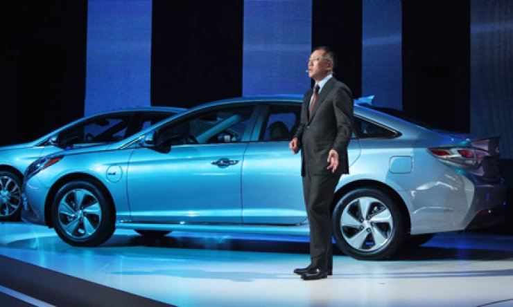 Hyundai Motor Vice Chairman Chung Eui-sun presents the automaker's Sonata plug-in hybrid electric vehicle at the North American International Auto Show in Detroit, Tuesday. / Courtesy of Hyundai Motor
