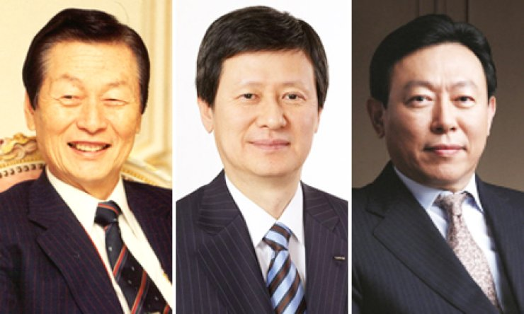 Lotte Group is embroiled in a succession dispute after its founder Shin Kyuk-ho, left, dismissed his eldest son Dong-joo, center, former vice chairman of Lotte Holdings in Japan, giving Dong-bin, right, Lotte Group Korea chairman, the upper hand in the row.