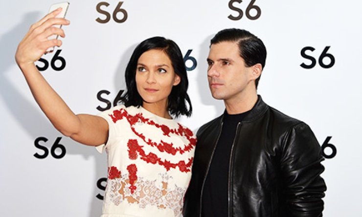 DJ Leigh Lezark, left, and Geordon Nicol, use Samsung Electronics' new flagship, Galaxy S6, during its official launch event in Paris, France, last week./ Courtesy of Samsung Electronics