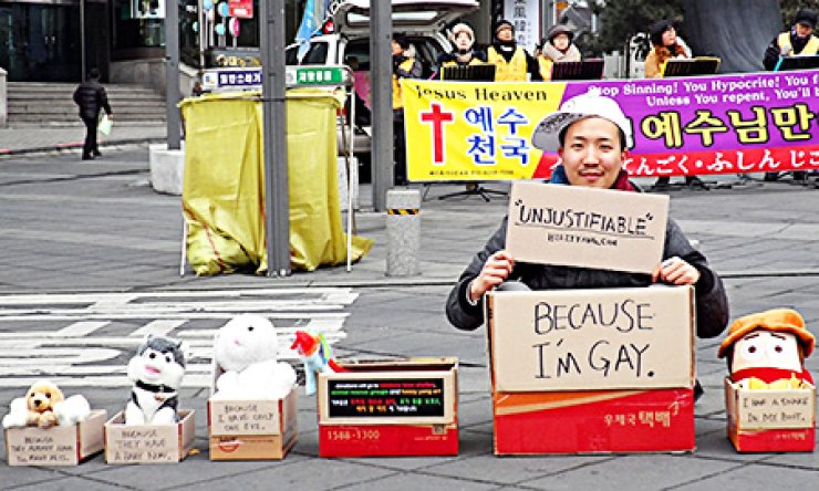 Heezy Yang performing his street art performance 'Unjustifiable' in Insa-dong, Seoul, Jan. 16. / Courtesy of Heezy Yang