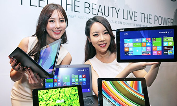 Models promote ASUS' Transformer Book Chi convertible laptops series during a press conference at the Plaza Hotel in central Seoul, Tuesday. / Yonhap