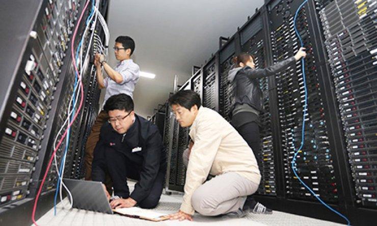 LG Uplus staff inspect data racks at the company's datacenter in Pyeongchon, Gyeonggi Province, last week. / Courtesy of LG Uplus