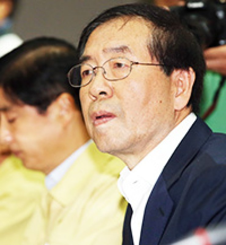 Seoul Mayor Park Won-soon presides over a meeting with mayors and heads of district offices at the Seoul City Hall, Friday./ Yonhap