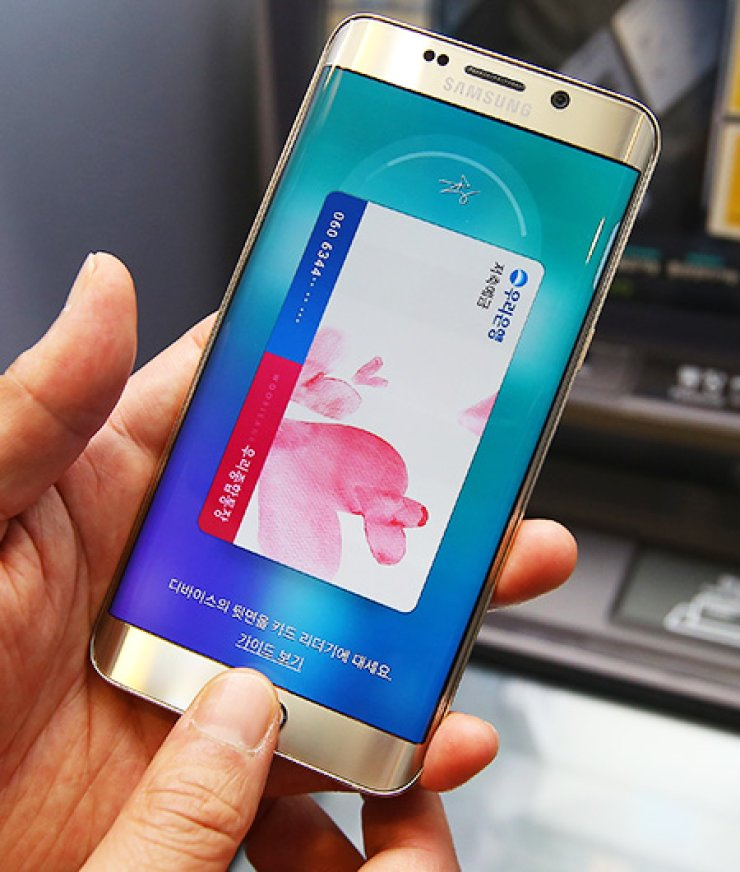 Samsung Pay demonstrates how Edge Plus works outside Woori Bank at Seocho Samsung Tower, southern Seoul, Sunday. The bank has teamed with Samsung to promote the mobile pay application. / Courtesy of Samsung Electronics