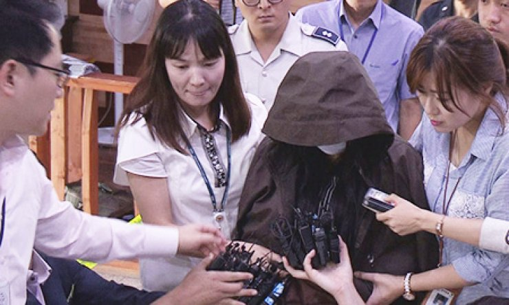 A suspect who allegedly recorded footage of naked women at water parks is taken to Yongin Dongbu Police Station in Yongin, Gyeonggi Province, Wednesday, for questioning. / Yonhap