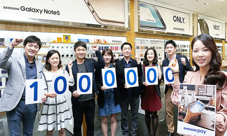 Samsung Electronics employees celebrate the 1 millionth subscriber to Samsung Pay two months after its release in this file photo, Sunday. / Courtesy of Samsung Electronics