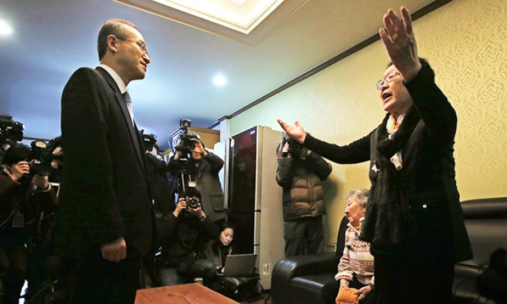 Former sex slave Lee Yong-soo shouts at First Vice Foreign Minister Lim Sung-nam, during his visit to a shelter for sexual slavery survivors in Seoul to brief them on an agreement with Japan, Tuesday. The victims said they cannot accept the agreement. / Yonhap