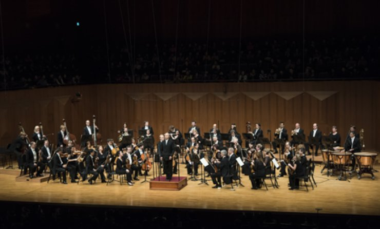 Paavo Jarvi conducts the Deutsche Kammerphilharmonie Bremen (or the Bremen German Chamber Philharmonic) Orchestra at the Seoul Arts Center on Dec. 4. / Courtesy of Vincero