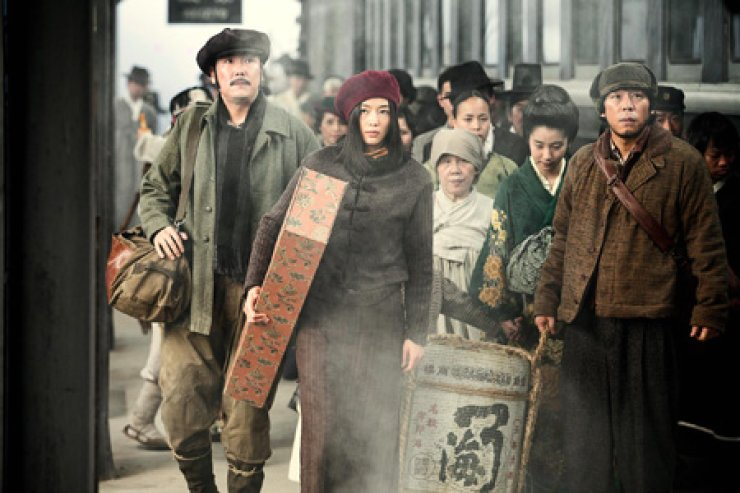 Actress Jun Ji-hyun, second from left, in a scene from 'Assassination'/ Courtesy of Showbox