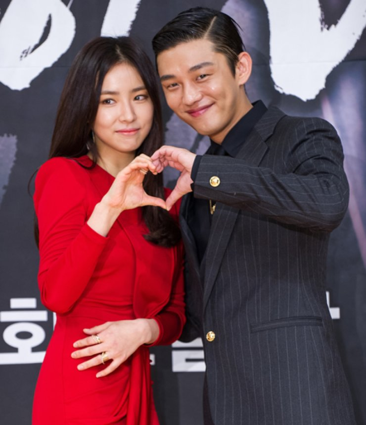 Actor Yoo Ah-in, right, who plays the role of rebellious Yi Bang-won in the upcoming drama 'Roots of the Throne' poses for a photo with actress Shin Se-kyung, who takes the role of Yi's paramour Bun-yi, during a press conference in Seoul, Wednesday. / Yonhap