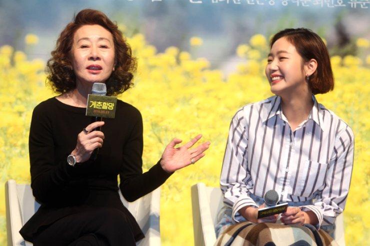 Youn Yuh-jung, left, and Kim Go-eun speak at a press meeting for 'Canola,' May 19. / Yonhap