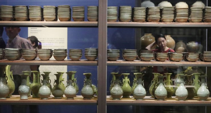 Visitors look around the Discoveries from the Sinan Shipwreck exhibition at the National Museum of Korea, Monday. /  Yonhap
