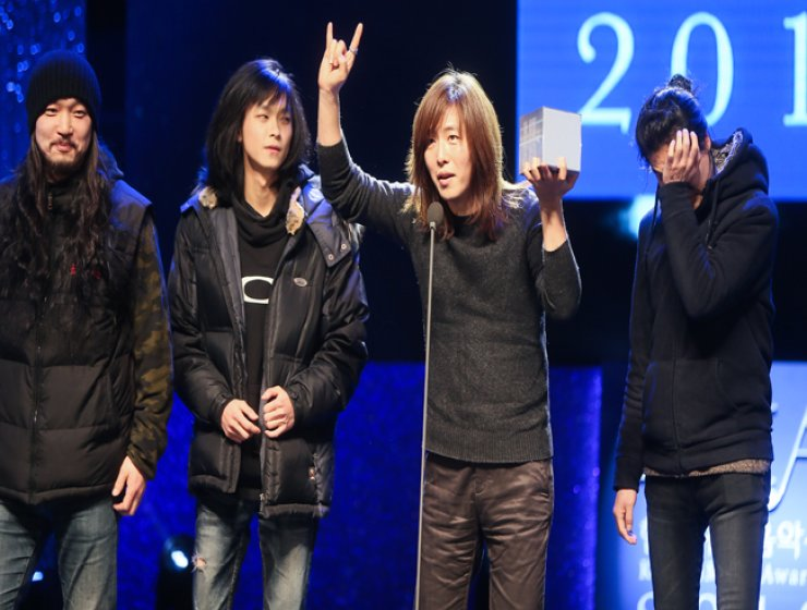 'Heavy metal!' shout members of thrash band Method as they accept the 2016 Korean Music Award (KMA) for Best Heaviness Album. / Yonhap